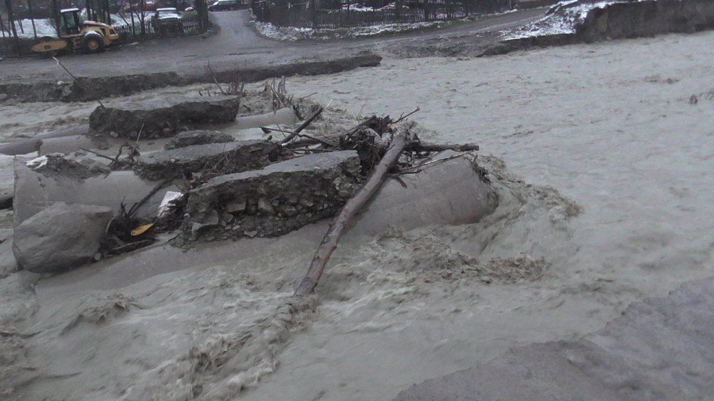 Noi fonduri pentru refacerea drumurilor, podurilor și podețelor distruse de ape. 25 de comune primesc bani din Fondul de intervenție al Guvernului