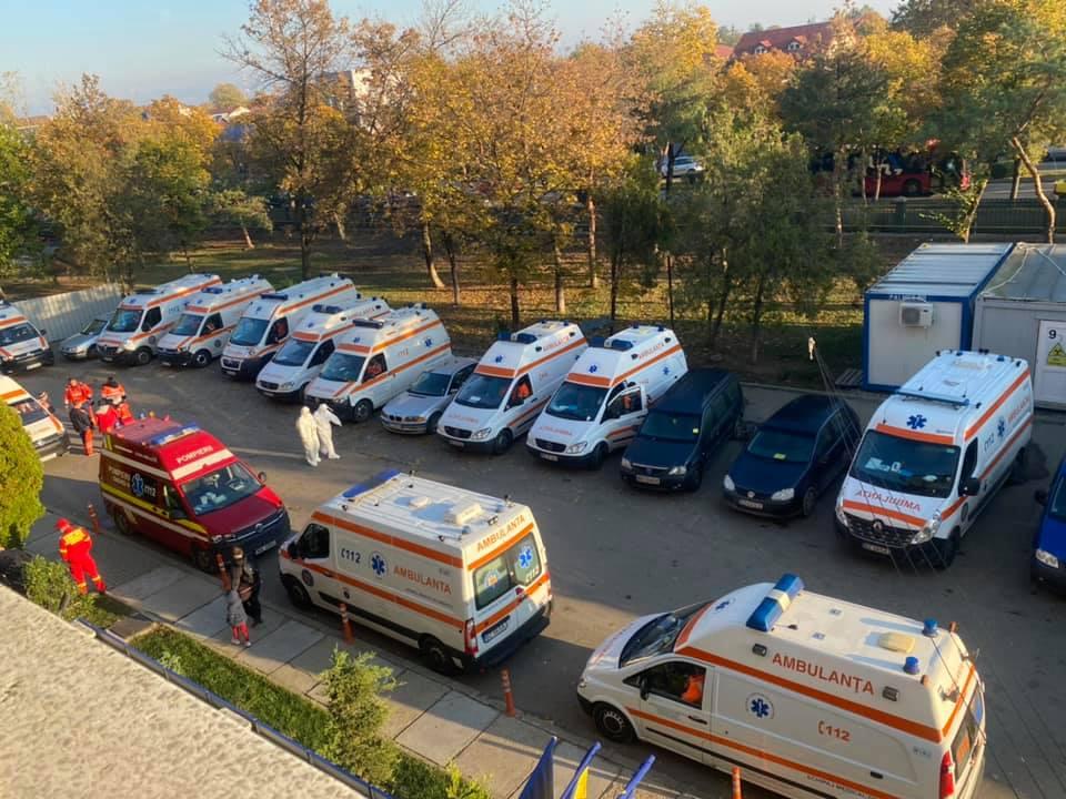 """Curtea Spitalului Județean, plină cu salvări cu pacienți în așteptare. Medic: """"Un fleac. Suntem ciuruiți"""" (FOTO)"""