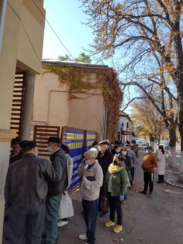 """Cozi la centrele de vaccinare din Buzău. La punctul de pe Bălcescu, s-a așteptat cu orele: """"Ne vaccinăm de frică să nu murim"""" (FOTO&VIDEO)"""